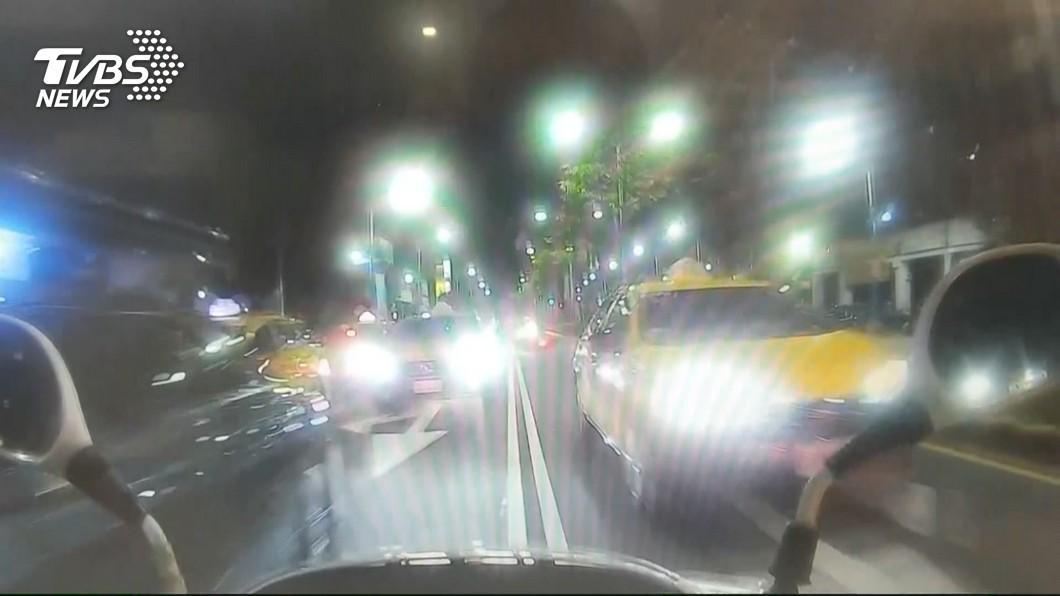 圖/TVBS 紅燈右轉被逮 毒品通緝犯逆向狂飆4公里