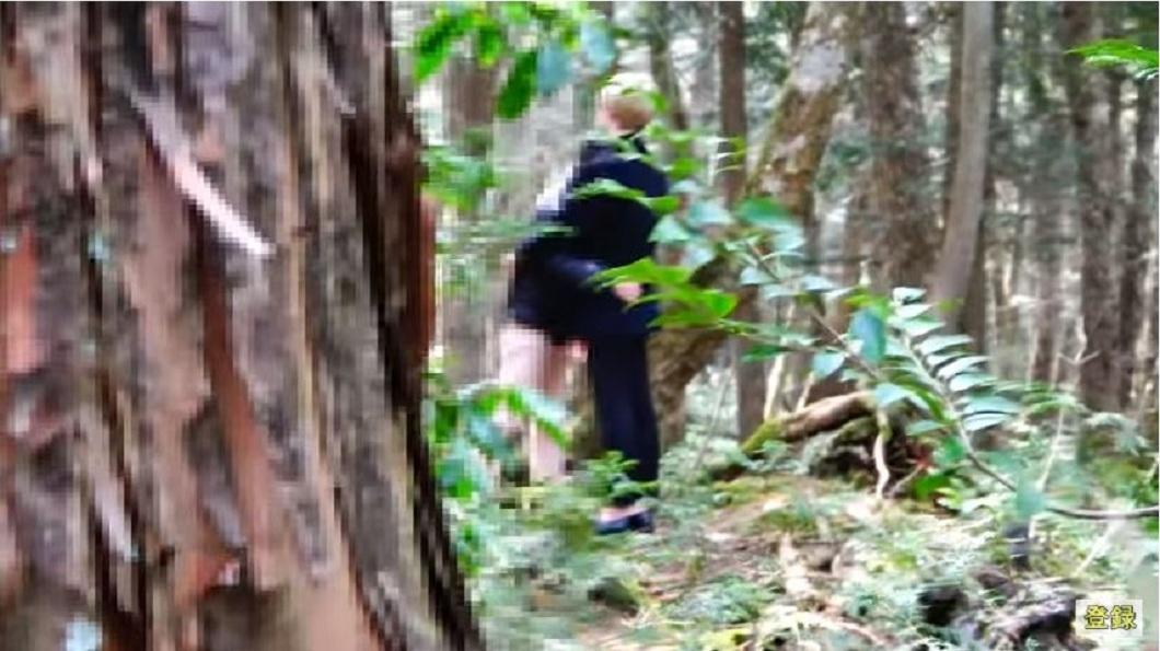日本一名網紅到自殺森林挽救了一名男子的性命,引發網友的熱烈討論。(圖/翻攝自YouTube) 男闖「自殺森林」欲尋短 網紅給擁抱救他一命