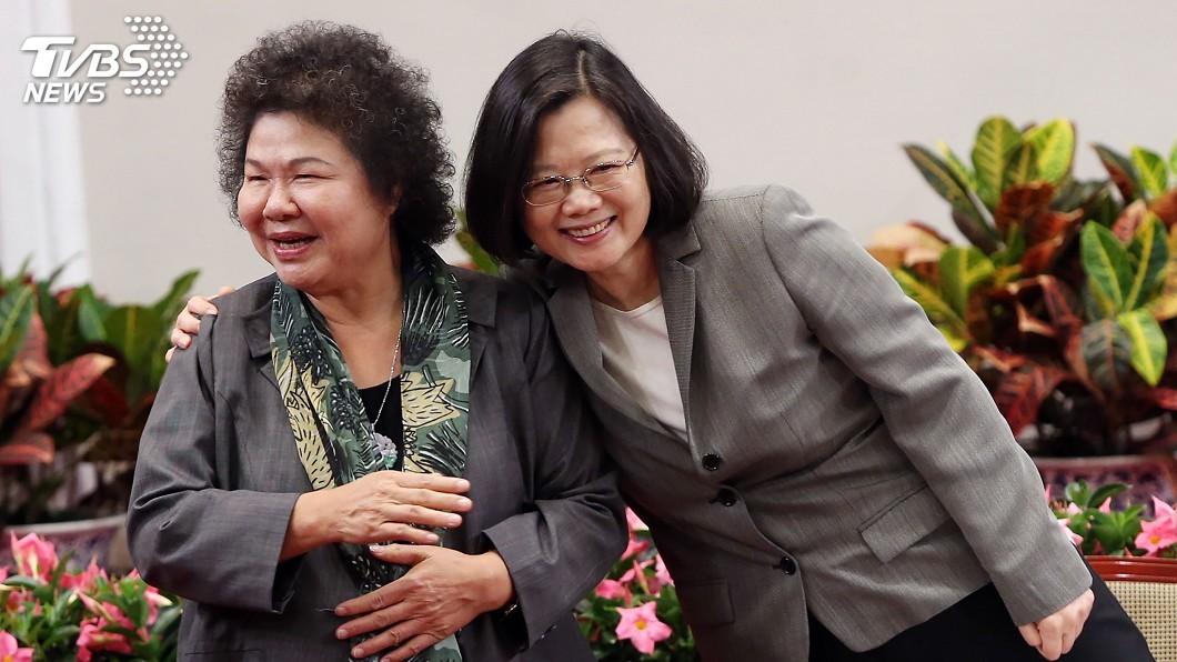 總統府秘書長陳菊(右)、總統蔡英文(左)。圖/中央社 走私菸案燒到陳菊 他分析曝目的:這是要蔡英文的命