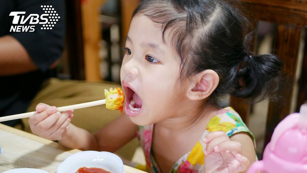 示意圖/TVBS 孩童嗆食立刻拍背?醫生警告「千萬別這樣做」