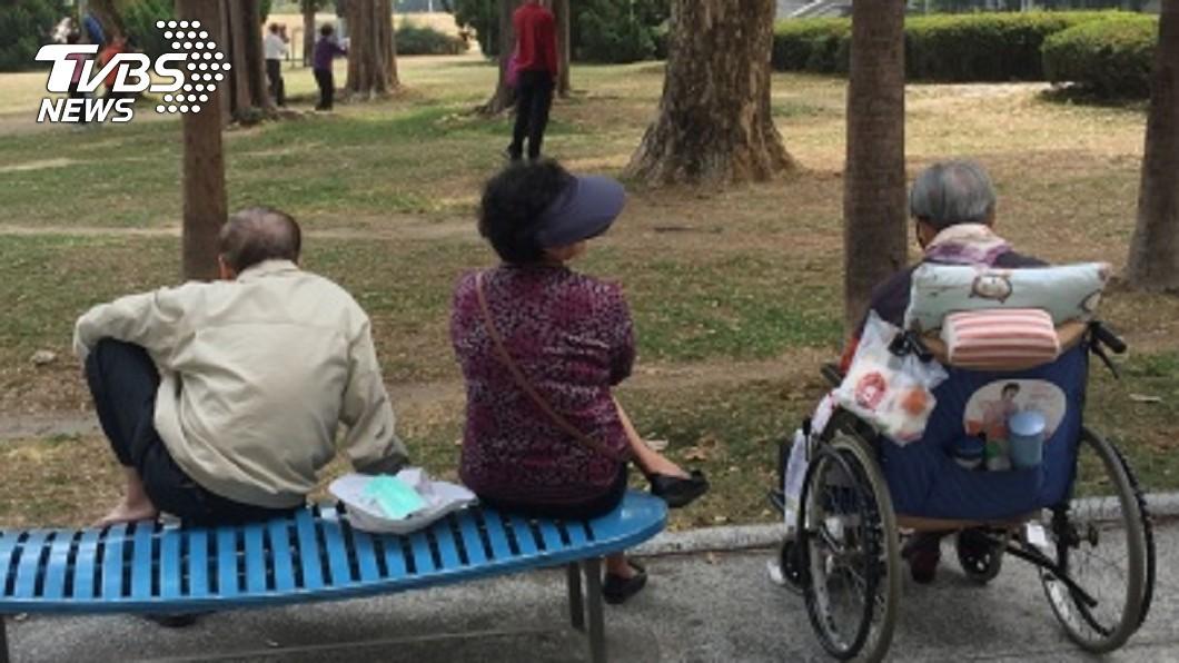 圖/中央社 高齡社會警訊 醫:逾50歲每5人有1人骨鬆