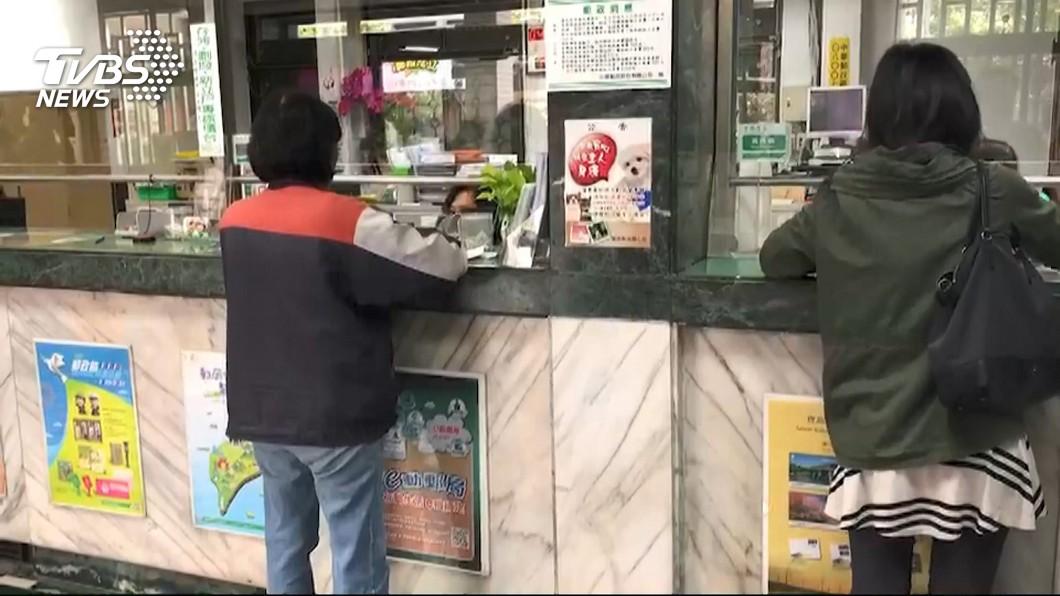 圖/TVBS資料畫面 郵局很涼?賣郵票兼壽險、奧客多 她做3個月想離職