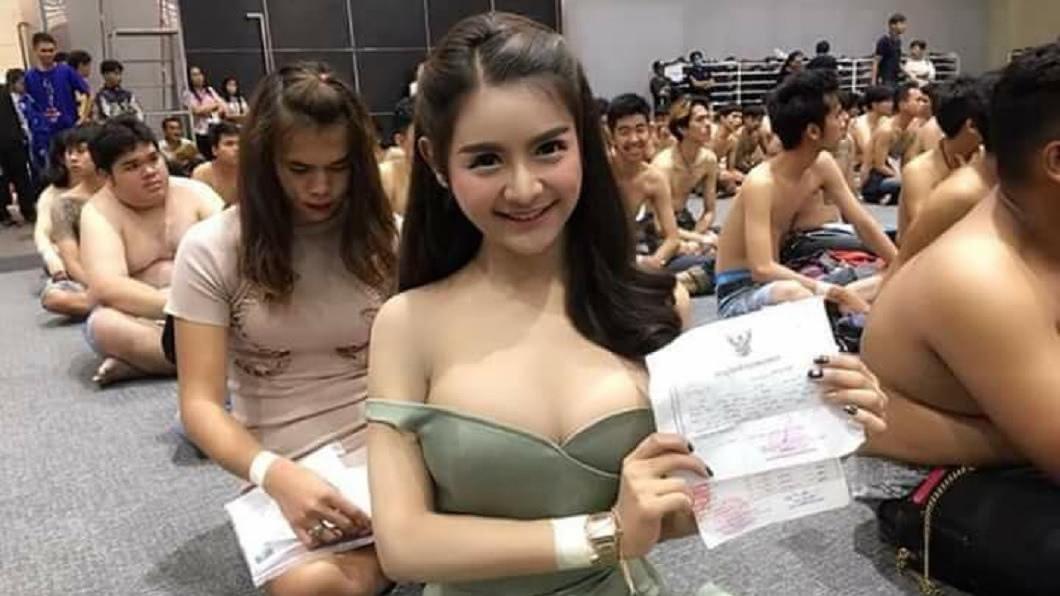 泰國的徵兵現場出現一名可愛的長髮超胸正妹,意外引發現場關注。(圖/翻攝自臉書) 徵兵現場引暴動 長髮正妹羞喊:盡國民義務