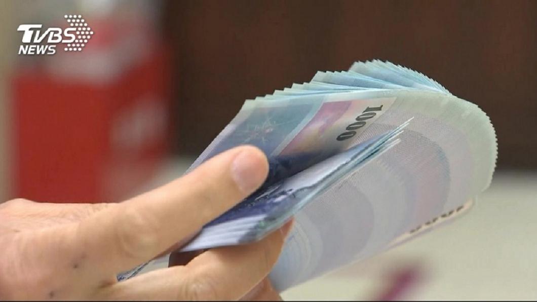 示意圖。圖/TVBS 存20萬變2萬 行員「魔鬼上身」把錢收進口袋裡