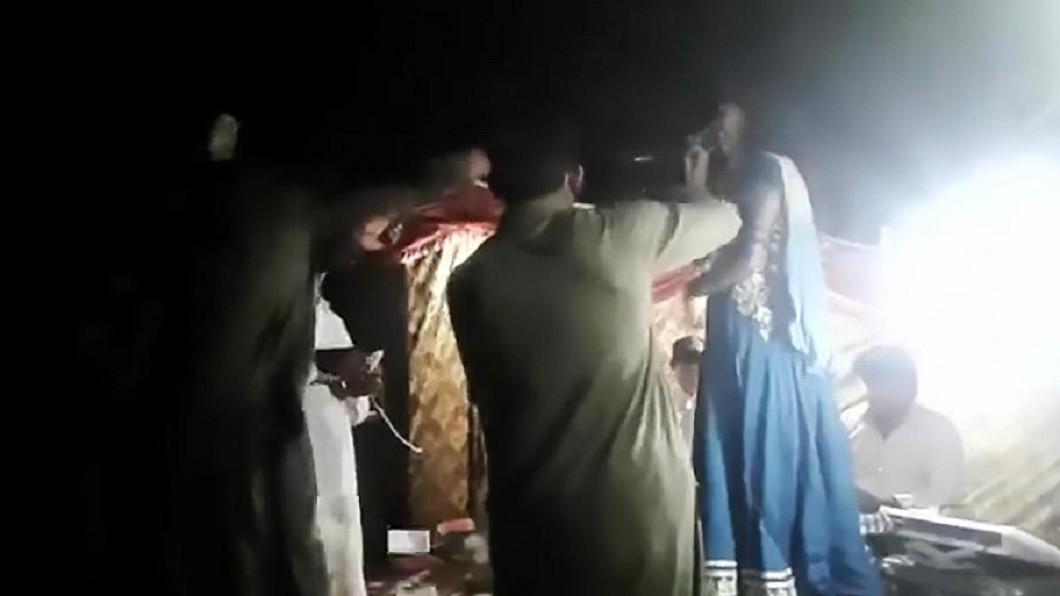 圖/翻攝YouTube 懷孕女歌手「拒站著唱」狂粉惱羞槍殺稱:誤射