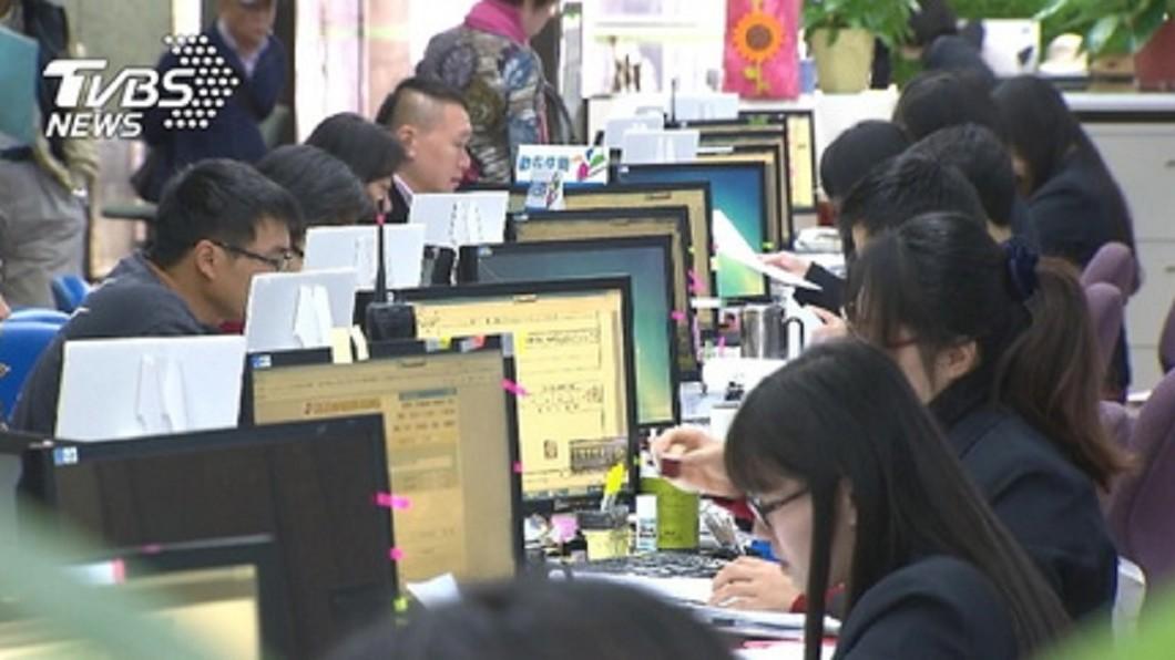 圖/TVBS 調查:港生逾半想當公務員 台生更願出國闖