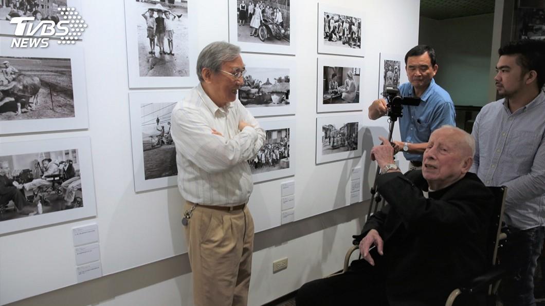 吳尊賢愛心獎得主相關特展14日起登場,獲得慈善服務獎、在台奉獻一生的神父畢耀遠,他早年在台拍攝照片也將一起展出。 圖/中央社(吳尊賢基金會提供) 超越一甲子的愛 神父用攝影記錄台灣