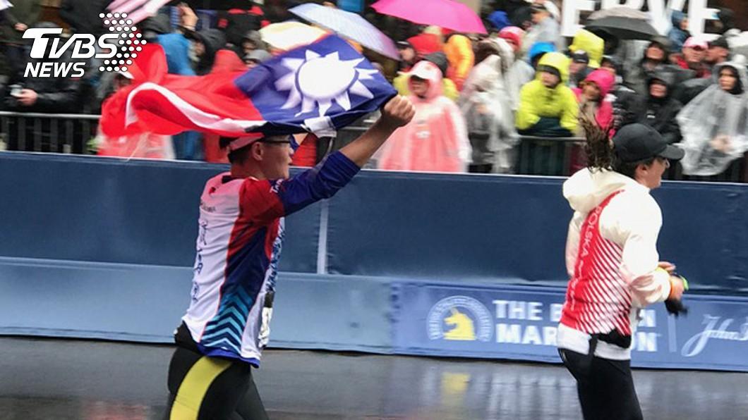 圖/中央社 台灣選手不畏風雨 披國旗跑波士頓馬拉松