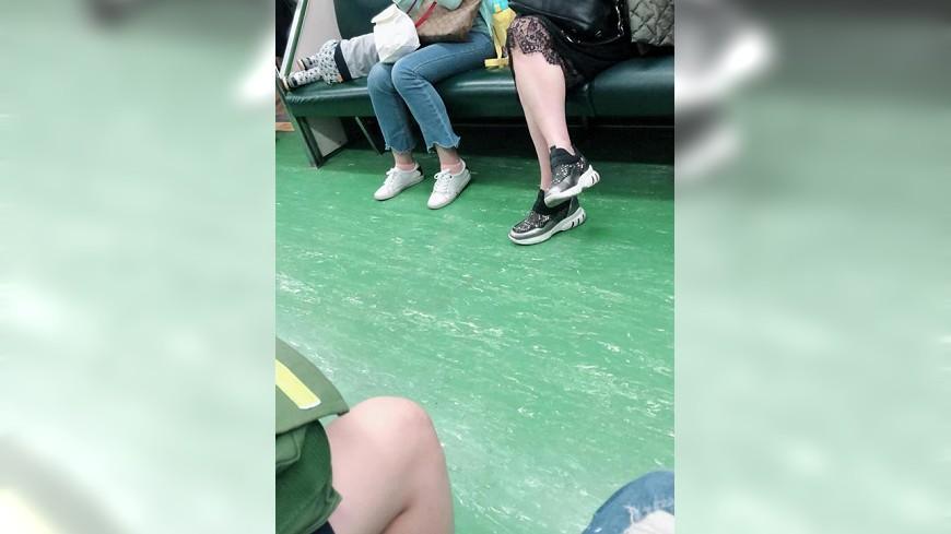 女網友表示搭火車時坐在一般座位,卻被無理的媽媽逼讓位(圖/翻攝自《爆怨公社》) 不是博愛座也逼讓位 網友無奈:你兒子睡覺關我什麼事?