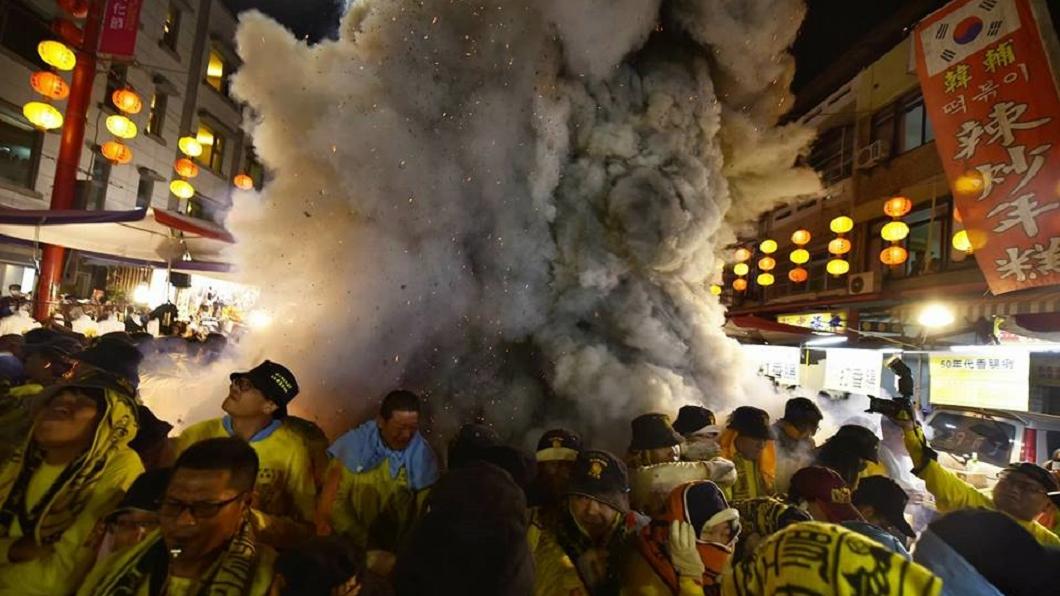 有網友在大甲媽祖遶境途中拍到濃煙中出現疑似虎爺的頭型。圖/翻攝自嘉義廟會粉絲團 神蹟!?大甲媽遶境「虎爺呷炮」現身