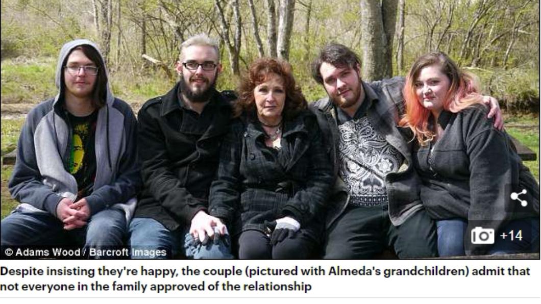 哈威克(左二)比妻子阿曼達(中)的孫子年紀還小。圖/翻攝自英國每日郵報