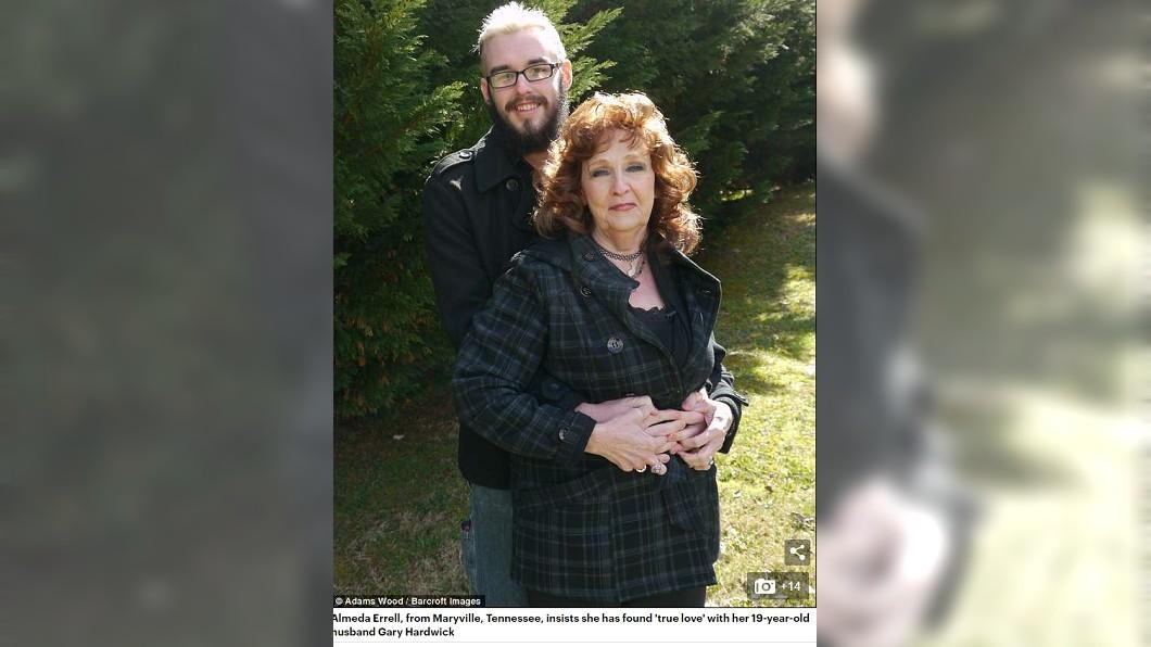 72歲阿曼達和19歲的哈威克相差53歲。圖/翻攝自英國每日郵報