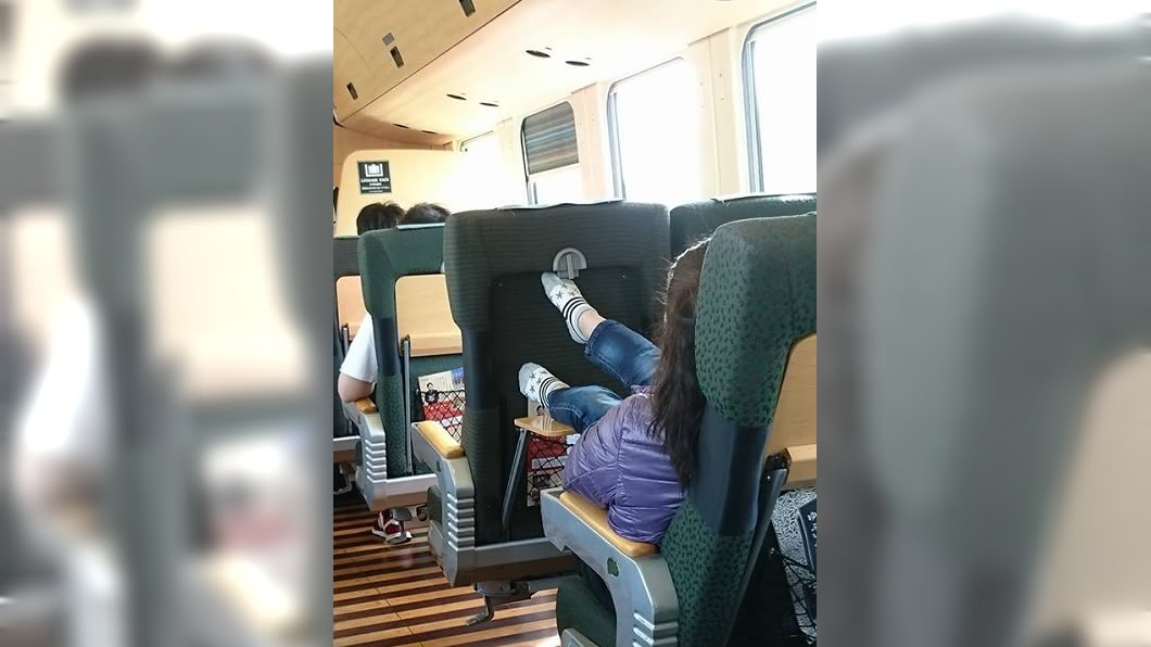 女童把腳直接放餐桌,母親非但不制止還回嗆多事。(圖/翻攝自爆怨公社) 丟臉丟到日本!女童把腳放餐桌 母嗆:小孩又沒關係