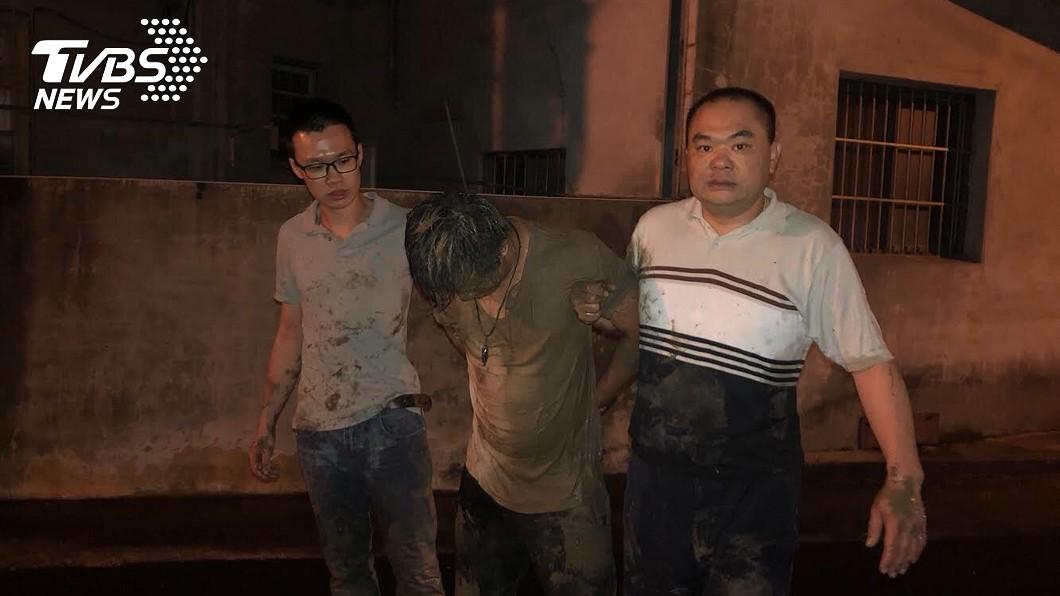 圖/中央社 員警追捕通緝犯 跳入水田成泥人
