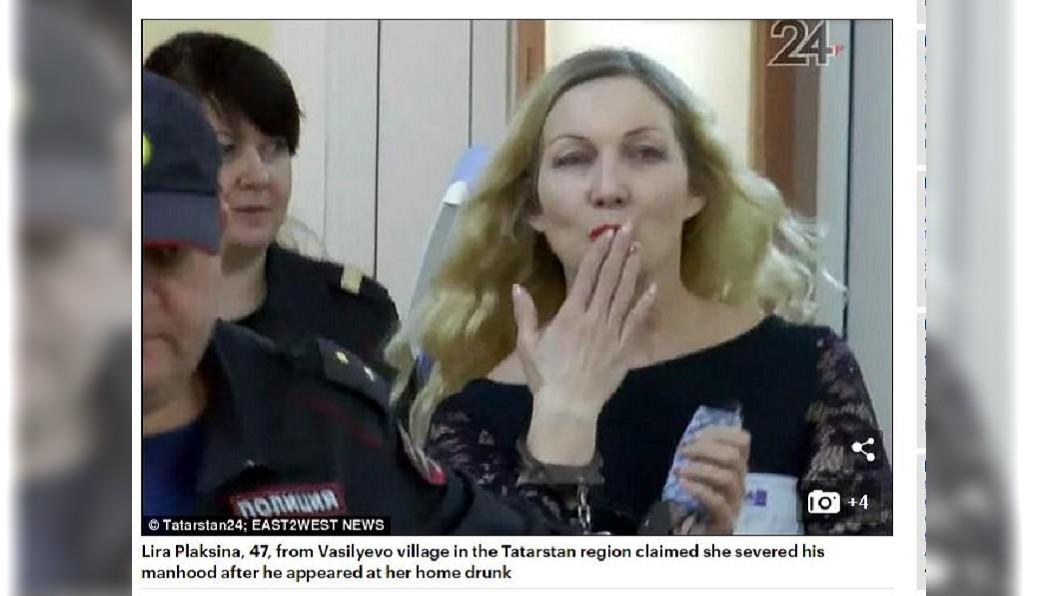 俄羅斯一名蛇蠍女斬斷丈夫命根,出庭時竟對支持者獻出飛吻。(圖/翻攝自每日郵報) 拒醉夫求歡…蛇蠍女怒「斷根」 出庭向支持者獻飛吻