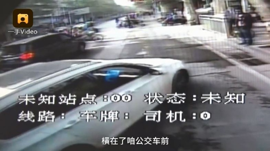 男子一度把車子擋在公車前阻擋前進。(圖/翻攝自梨視頻)