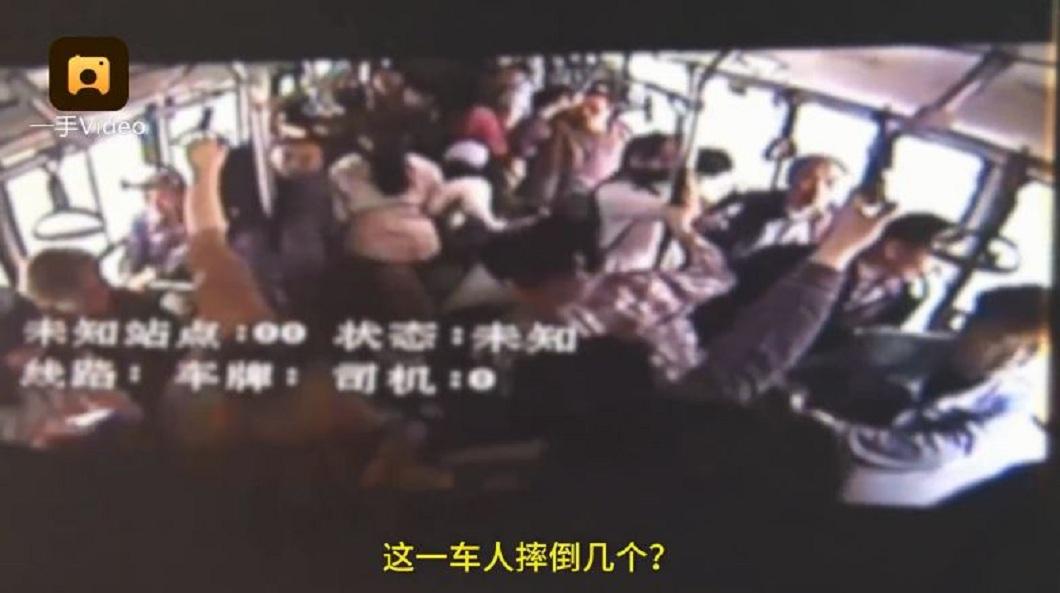 男子的車輛一度急煞,導致公車司機得緊急煞車,一度導致車內多名乘客跌倒。(圖/翻攝自梨視頻)