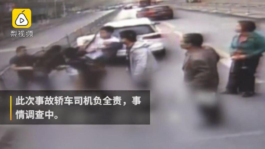 男子開車在路上挑釁公車,遭所有乘客圍毆。(圖/翻攝自梨視頻) 男蛇行還阻擋公車叫囂 全車乘客氣炸下車圍毆他