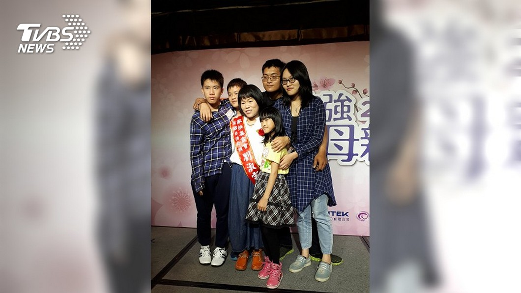 自強母親劉淑雲靠著蔥油餅攤養育7名子女。圖/中央社 「星星知我心」真實版 母靠蔥油餅攤養7子女