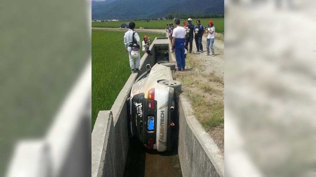 圖/翻攝自《爆料公社》 拉力賽飆車過彎摔進水溝 網傻眼:拓海變填海