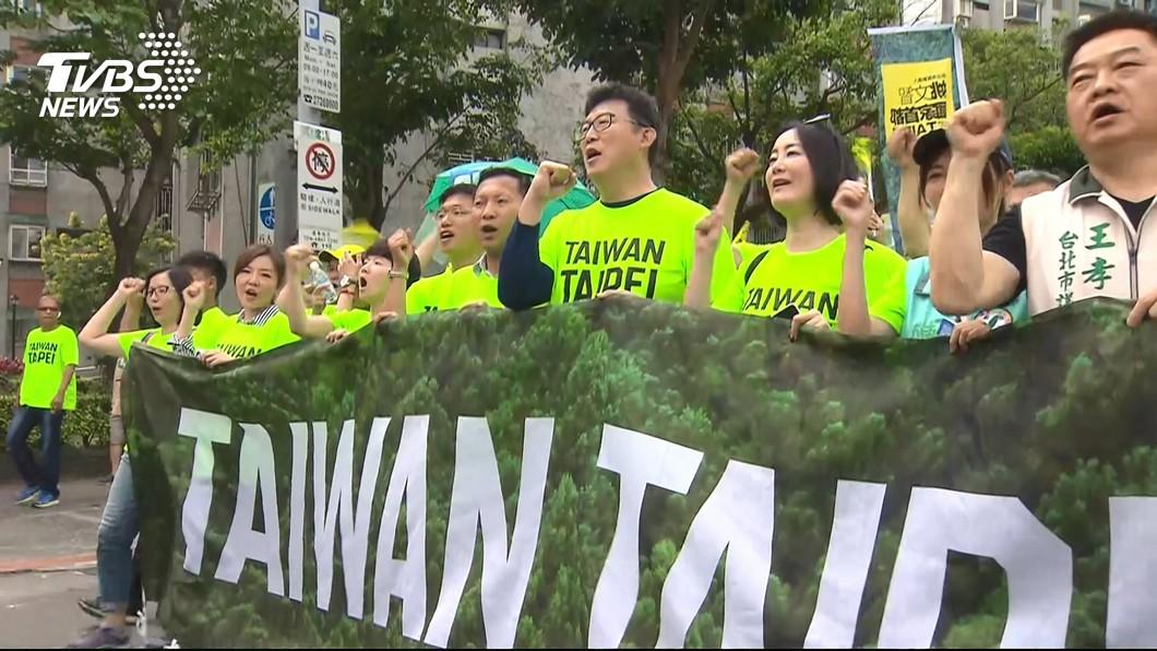 姚文智在22日上街遊行,希望能爭取民進黨提名參選台北市長。(圖/TVBS)