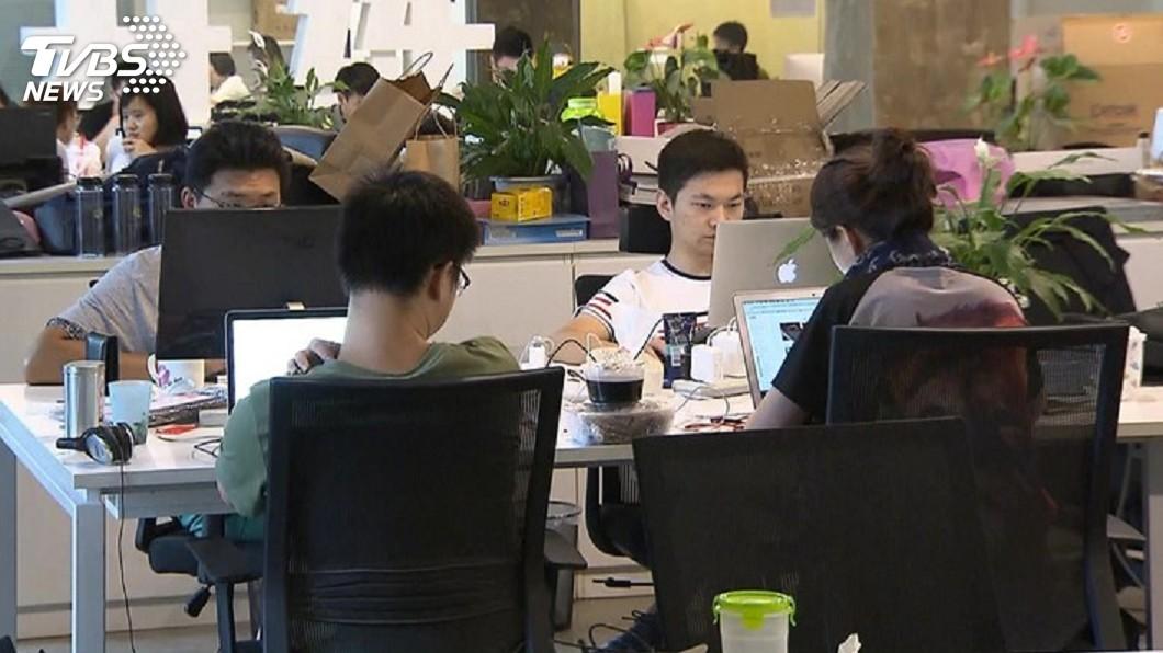 勞基法有嚴格規範每月加班時數。圖/TVBS 違法加班100小時 面試官:就給他罰啊