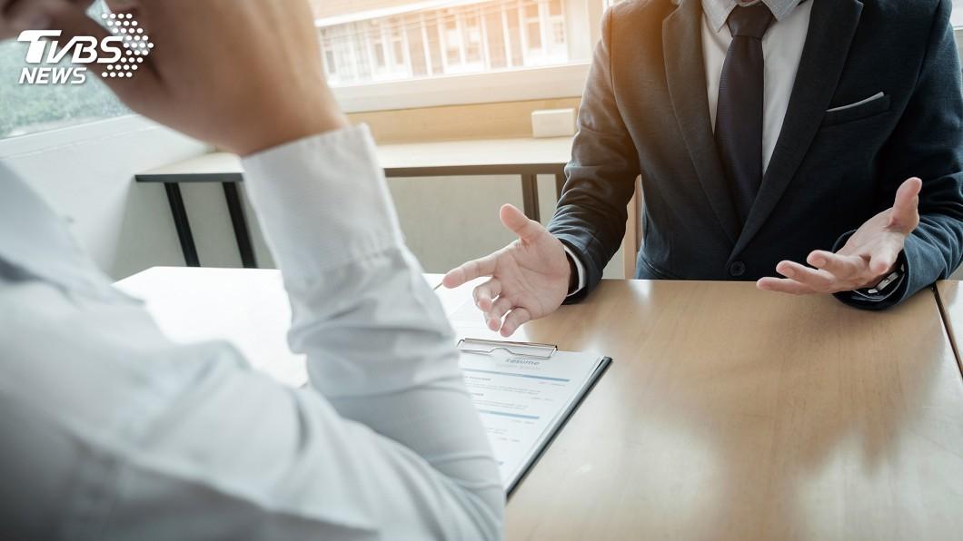 示意圖/TVBS 斯文男求職…坐下列出「9項技能」!主管看履歷驚呆