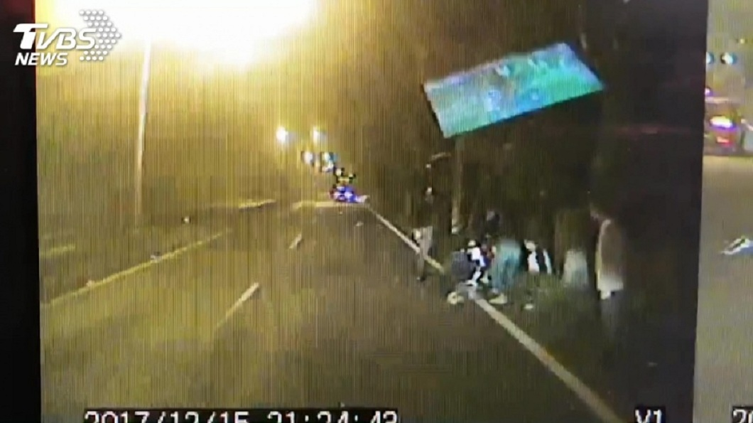 新竹關西一名酒駕慣犯酒後撞死少女,事後假裝路人留在現場觀察狀況。(圖/TVBS) 6度酒駕撞死16歲少女 男當沒事裝路人留現場看熱鬧