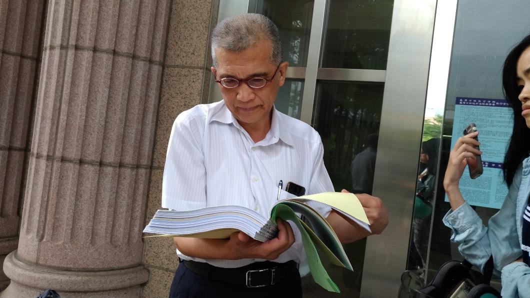 對於八仙樂園律師團對八仙案死者洪玟儀的死因意見,消基會律師吳榮達庭後翻卷表示,請法官函查外,回去將調閱。圖/TVBS 八仙被告律師請求駁回全數賠償