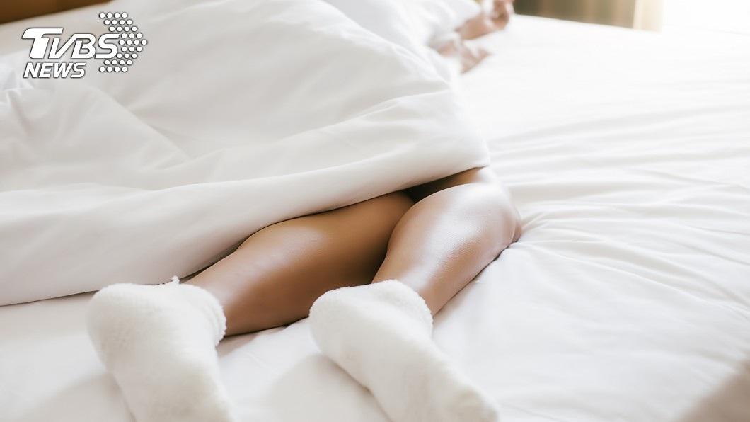 一名女子遭好友灌酒,醒來發現自己內褲穿反,驚覺遭到性侵。(示意圖/TVBS) 好心幫友「開導弟弟」 女遭灌醉醒來驚見內褲反穿