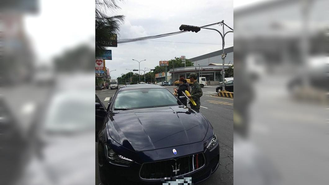南投今日一輛軍用貨卡擦撞到瑪莎拉蒂,引起網友熱議。圖/翻攝自南投人聊天室臉書