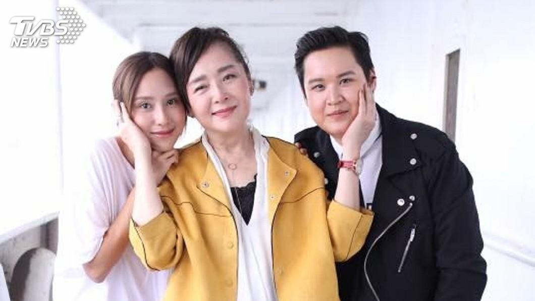 房思瑜(左起)與恬妞、因拍戲建立好交情;右為恬妞的女兒,在戲中也有飾演一角。圖/TVBS