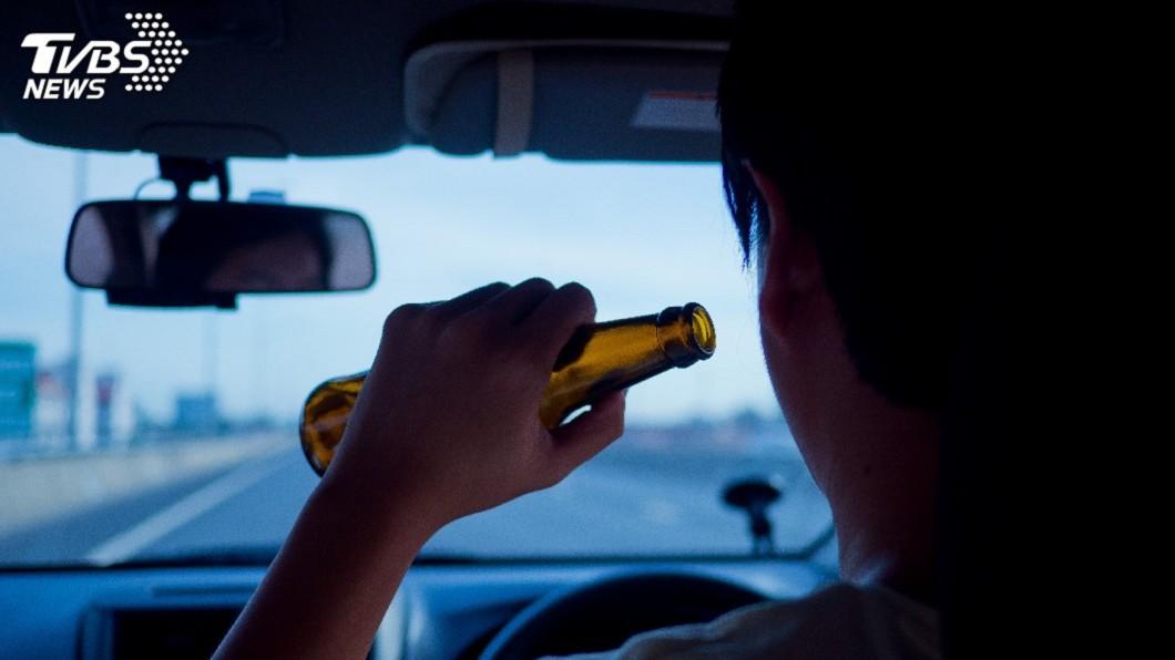 圖/TVBS 男酒駕被查竟當警面灌酒 反問:怎麼證明我酒駕?