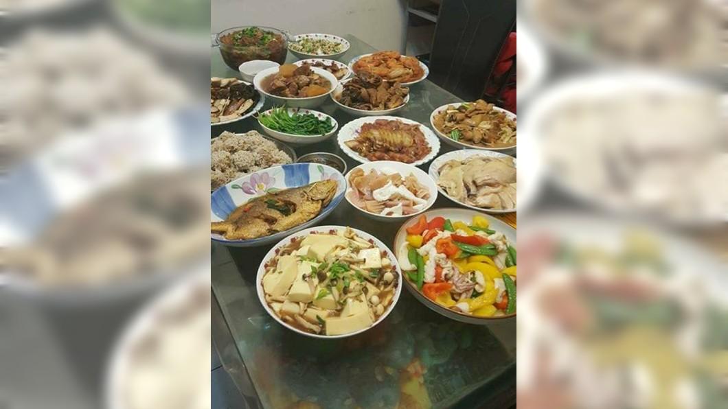 有網友分享奶奶煮的16菜1湯,讓其他人羨慕直呼:有奶奶真好!(圖/翻攝自爆怨公社) 奶奶覺得你餓!他陪老人家吃晚餐 驚見「16菜1湯」