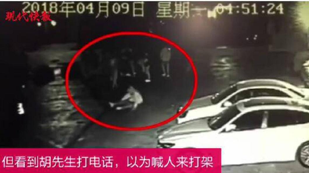 南京一名男子因拒絕陌生女子搭訕要微信號碼,隨後遭4男圍毆。(圖/翻攝自現代快報) 男拒絕陌生美女搭訕要微信 她撂人圍毆報復