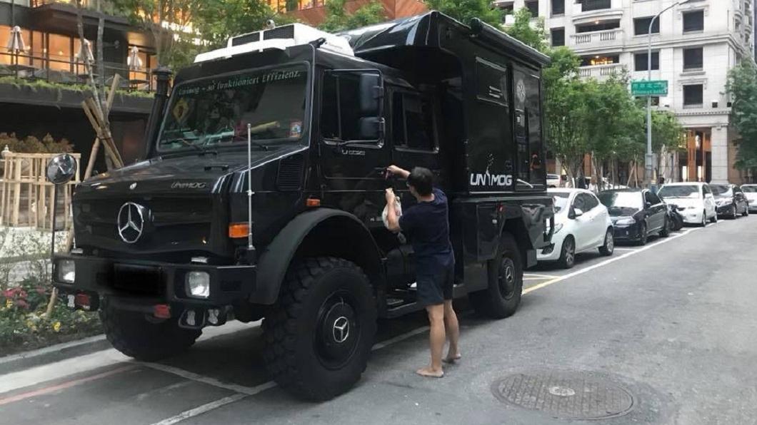有網友在台中市七期街頭看到這輛霸王級賓士越野露營車,直呼真是狂。(圖/翻攝自爆廢公社) 車主幹大事!千萬霸王級賓士露營車現身街頭 塞爆停車格