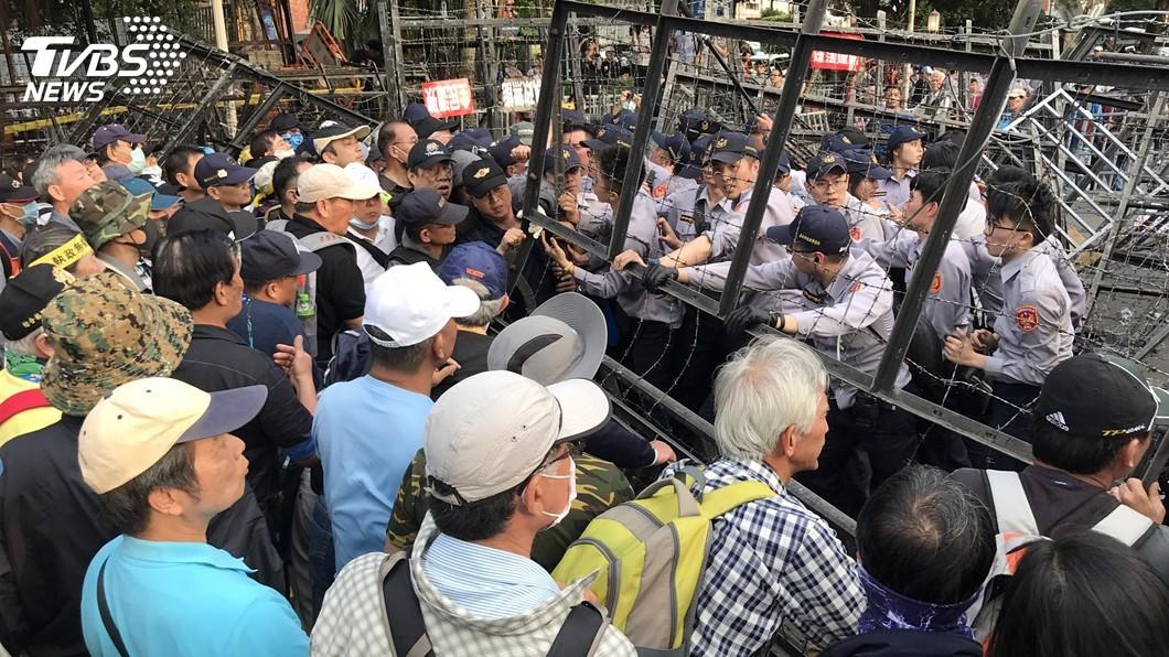 圖/中央社 反軍改爆衝突! 抗議群眾拖走一員警