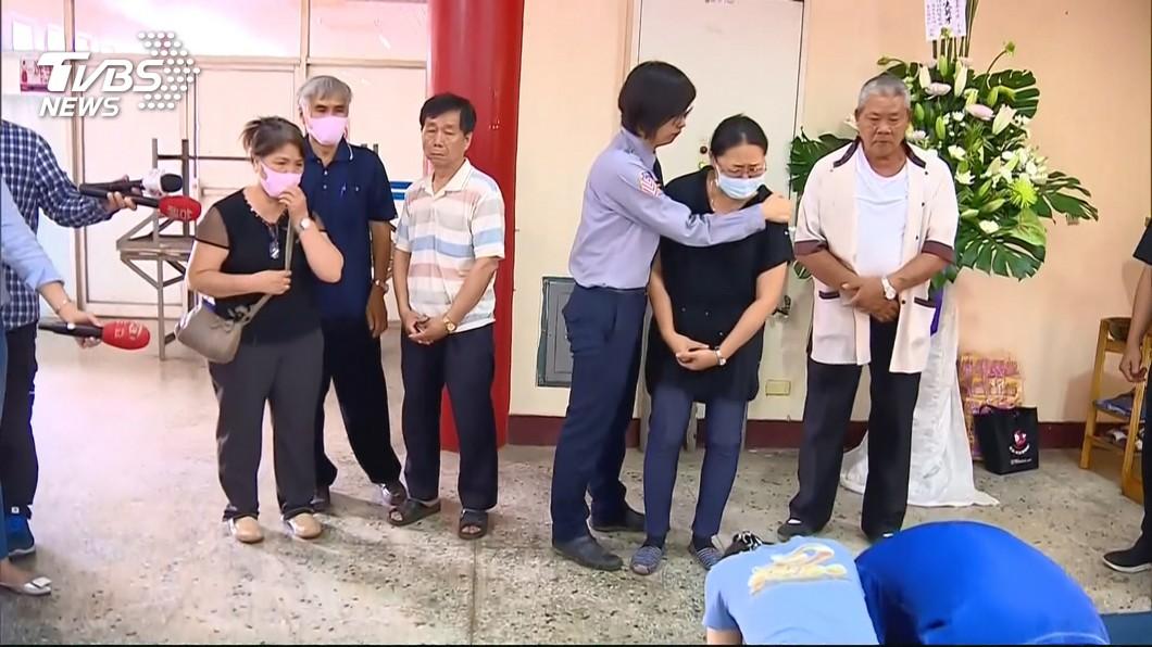 圖/TVBS 肇事司機下跪道歉 殉職警家屬兩樣情