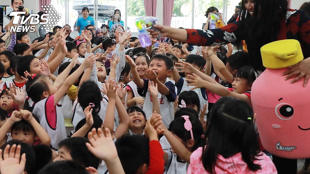 圖/中央社 腸病毒預防 外國專家與小朋友體驗洗手趣