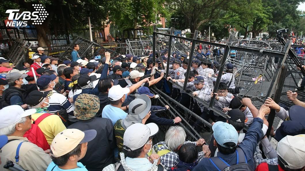 反年改團體日前發起抗爭,和警方爆發衝突。圖/TVBS 1句話殲滅隊友!反年改嗆「沒當兵不配審」 藍委秒剩他