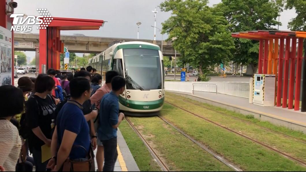 圖/TVBS 高雄輕軌二階鋪軌推進 新列車啟運