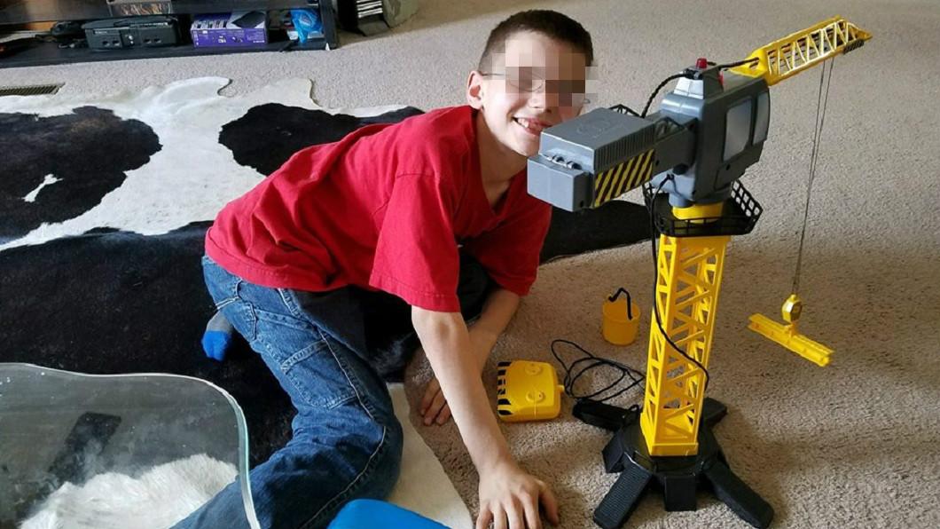 11歲的男童活活慘遭壓死。(圖/翻攝自臉書粉絲團Joe Webb Local 12 News)