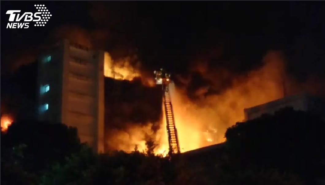 敬鵬工廠發生大火,現場火勢猛烈,消防隊員獲報趕往現場滅火。(圖/TVBS) 敬鵬大火遇爆炸…大型機具倒塌壓住 7消防員救人釀5死
