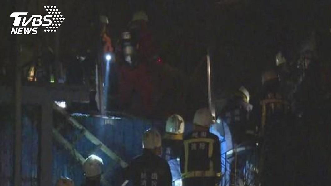 2015年2月桃園新屋保齡球館凌晨發生大火,6名年輕消防員的生命就此殞落。圖/TVBS資料畫面