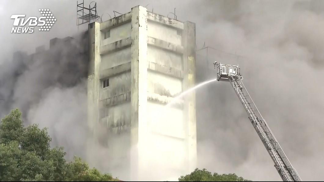 發生火災的敬鵬工廠,至今火勢仍未完全撲滅。(圖/TVBS)