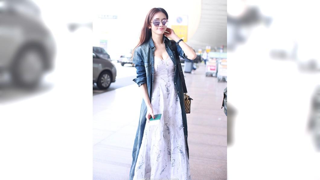 林志玲被拍到現身機場,一襲低胸洋裝謀殺不少底片。圖/翻攝自林志玲貼吧後援團微博