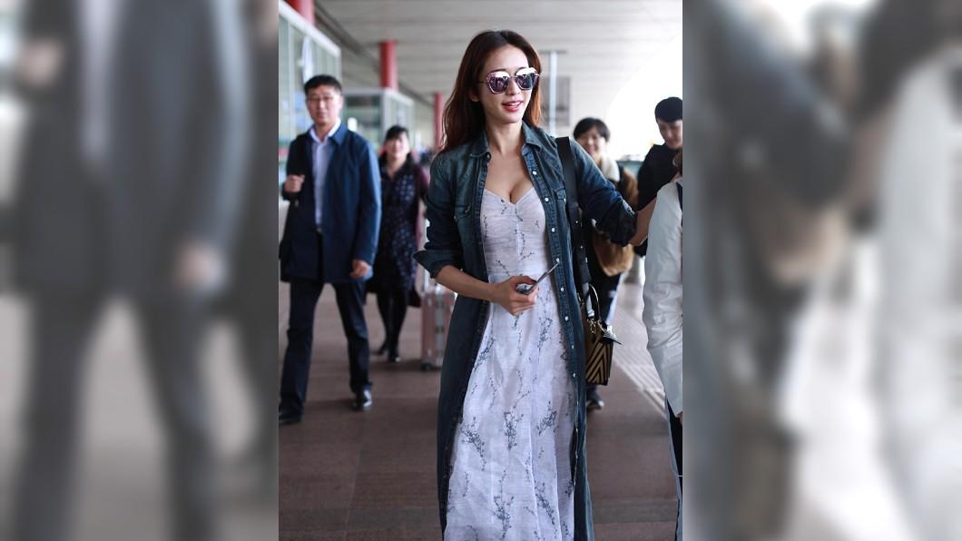 林志玲被拍到現身機場,一襲低胸洋裝謀殺不少底片。圖/翻攝自林志玲貼吧後援團微博 斷開言承旭!林志玲低胸洋裝挺白皙雪乳機場暴動了