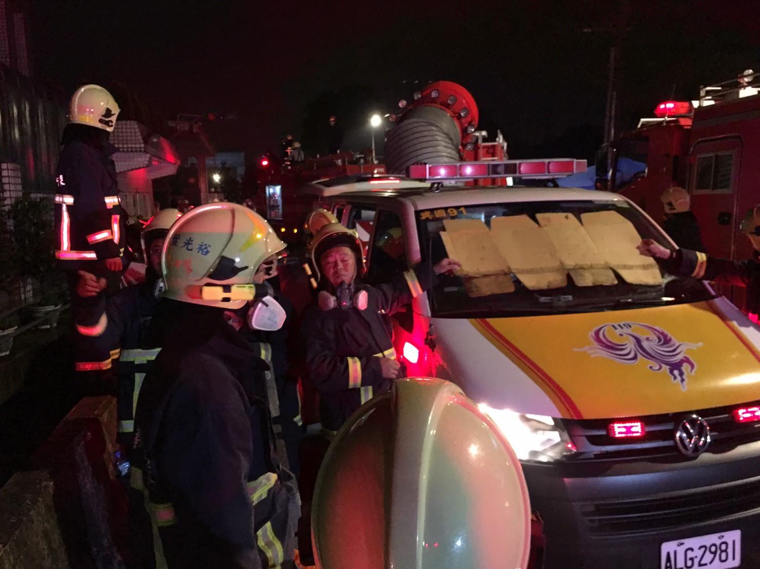 圖/中央社 「我們都會陪你...」5消防員殉職 同學淚崩幫換隊服