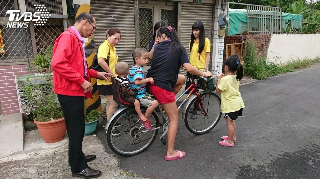 家裡還有個3歲和1歲的弟弟,因此小芝蘋就把單車後座讓給弟弟們坐。(圖/鄭綺瑳提供)