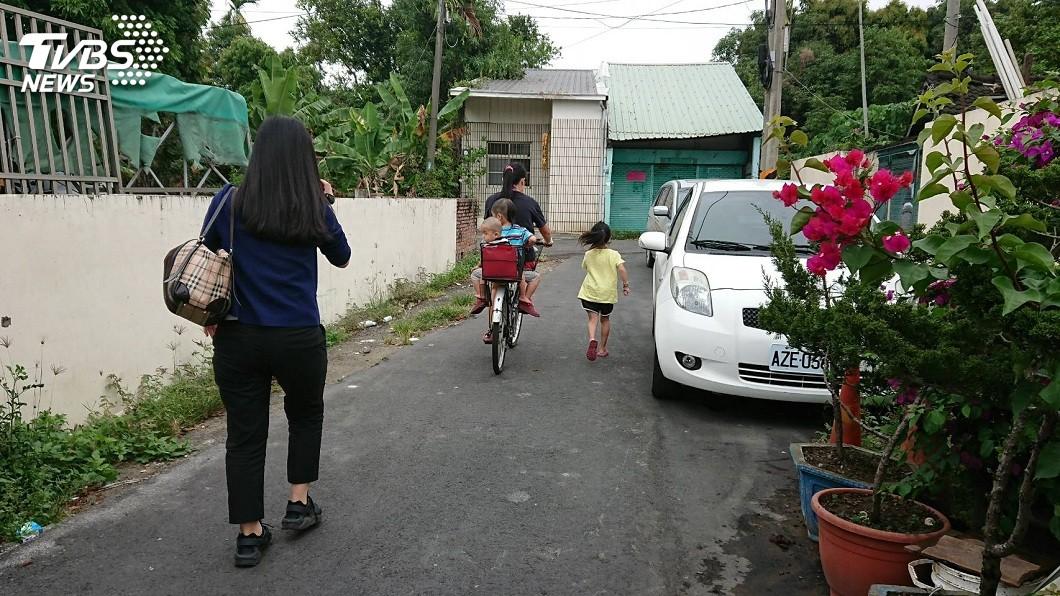 年僅5歲的吳芝蘋(右),每天下課後得跑2公里的路程回家。(圖/鄭綺瑳提供) 讓2幼弟坐單車後座 5歲姊每日放學跟後跑2公里回家